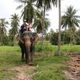 象の背中で記念撮影